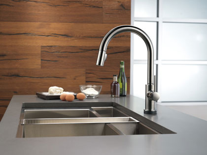 Delta Trinsic Collection Black Stainless Kitchen Faucet with Pull-down Sprayer